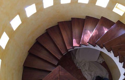 scala-a-chiocciola-in-legno-di-castagno