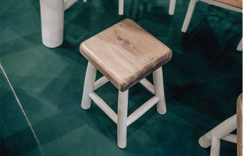 sgabello-in-legno-di-castagno